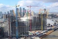 Guindastes coloridos no terreno de construção Imagem de Stock