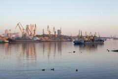 Guindastes da barca e da construção no canal de rio foto de stock royalty free