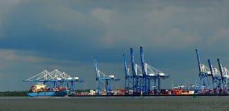 Guindastes da barca e do carregamento Imagens de Stock Royalty Free