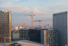 Guindastes de construção e a skyline de Viena imagens de stock royalty free