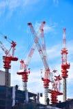Guindastes de construção sobre a construção Fotografia de Stock Royalty Free