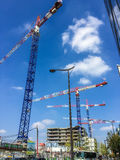 Guindastes de construção sobre o 13o arrondissement, Paris, França Foto de Stock