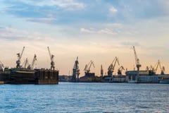 Guindastes de construção, St Petersburg Foto de Stock Royalty Free
