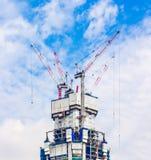 Guindastes de constru??o no telhado da constru??o imagem de stock royalty free