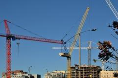 Guindastes de construção da skyline Fotografia de Stock