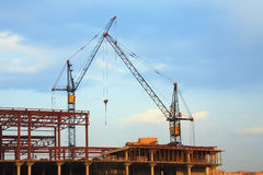 Guindastes de levantamento e construção Fotografia de Stock
