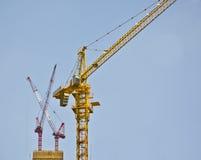 Guindastes de torre altos no canteiro de obras Fotos de Stock