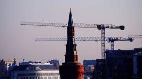 Guindastes de torre, guindastes de construção na cidade de Moscou Fotografia de Stock