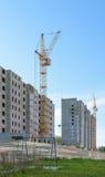 Guindastes de torre na construção de dois prédios de apartamentos Fotografia de Stock