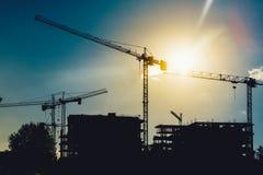 Guindastes de torre no canteiro de obras industrial Desenvolvimento novo do distrito e construção do arranha-céus fotos de stock royalty free
