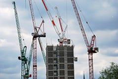 Guindastes de torre no trabalho Fotografia de Stock Royalty Free