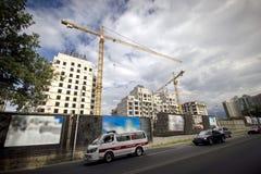 Guindastes de torre que constroem a construção Fotos de Stock