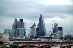 Guindastes de torre que constroem Londres foto de stock royalty free