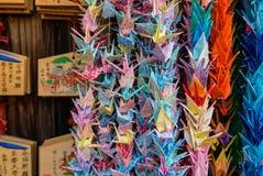 Guindastes do origâmi e tabuletas da oração Fotografia de Stock Royalty Free