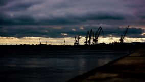 Guindastes do porto do rio no por do sol Tempo-regaços vídeos de arquivo