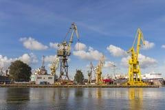 Guindastes do porto em Gdansk poland foto de stock