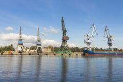 Guindastes do porto em Gdansk poland fotos de stock royalty free