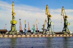 Guindastes do porto no porto de St Petersburg fotos de stock royalty free