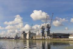 Guindastes do porto no rio em Gdansk poland imagens de stock