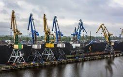 Guindastes do porto para a carga de carvão fotos de stock royalty free