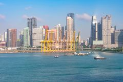 Guindastes e barcos no porto de singapore fotografia de stock royalty free