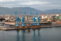 Guindastes e cidade do porto Palermo, Itália Imagens de Stock Royalty Free