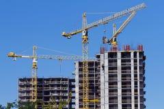 Guindastes e construção de edifício Fotos de Stock Royalty Free