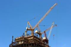 Guindastes e construção de edifício elevados Imagem de Stock Royalty Free