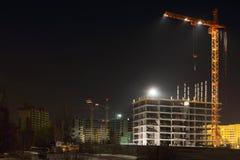 Guindastes e construções de tijolo altos sob a construção Imagens de Stock Royalty Free