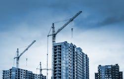 Guindastes e construções de torre sob a construção Fotos de Stock Royalty Free