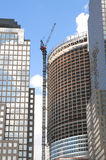 Guindastes e edifícios no fundo do céu da nuvem Imagens de Stock Royalty Free