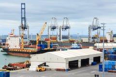 Guindastes e embarcações de carga no porto de Auckland imagens de stock royalty free