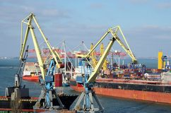 Guindastes e navio de recipiente amarelos no porto marítimo de Odessa, Ucrânia Imagens de Stock Royalty Free