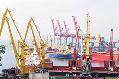 Guindastes e navios de carga industriais em Marine Trade Port Fotos de Stock