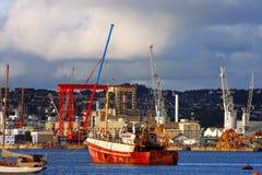 Guindastes e navios na doca, Plymouth, fotos de stock royalty free