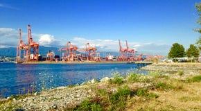 Guindastes e recipientes do porto de Vancôver Fotografia de Stock Royalty Free