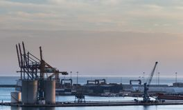 Guindastes em um estaleiro no porto de Malaga, Espanha imagem de stock