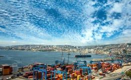 Guindastes em um porto de Valparaiso, o Chile Fotos de Stock Royalty Free