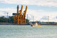 Guindastes grandes no porto imagens de stock