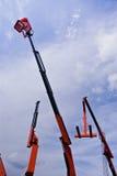 Guindastes hidráulicos com a cesta da máquina desbastadora da cereja Imagem de Stock