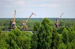 Guindastes industriais abandonados na zona de Chernobyl Fotografia de Stock