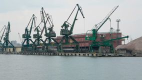 Guindastes industriais enormes no porto marítimo, transporte da carga, construção naval, negócio vídeos de arquivo