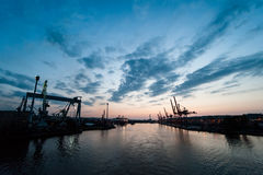 Guindastes industriais no terminal da carga. Foto de Stock Royalty Free