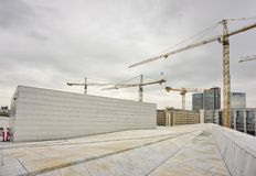 Guindastes industriais que constroem o fundo da cidade de Oslo Fotografia de Stock Royalty Free