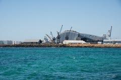 Guindastes, museu marítimo e mar Imagem de Stock
