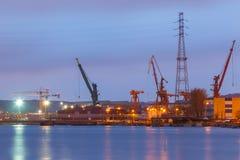 Guindastes na costa no estaleiro de Gdansk na noite fotos de stock