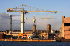 Guindastes na doca, Plymouth, Reino Unido imagem de stock