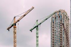 Guindastes no canteiro de obras na cidade de Rotterdam Foto de Stock Royalty Free