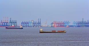 Guindastes no dockside do porto comercial imagens de stock royalty free