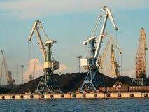 Guindastes no porto Foto de Stock
